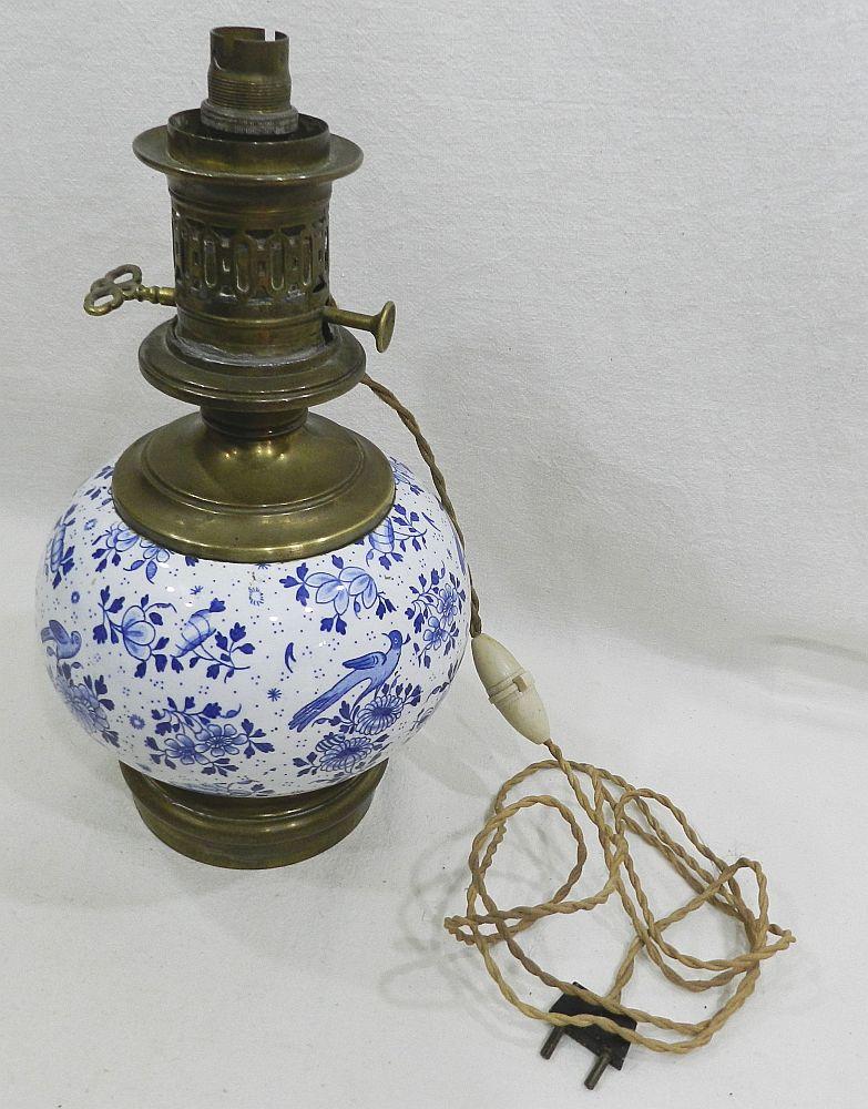 belle lampe a petrole en porcelaine blanc bleu xixe. Black Bedroom Furniture Sets. Home Design Ideas