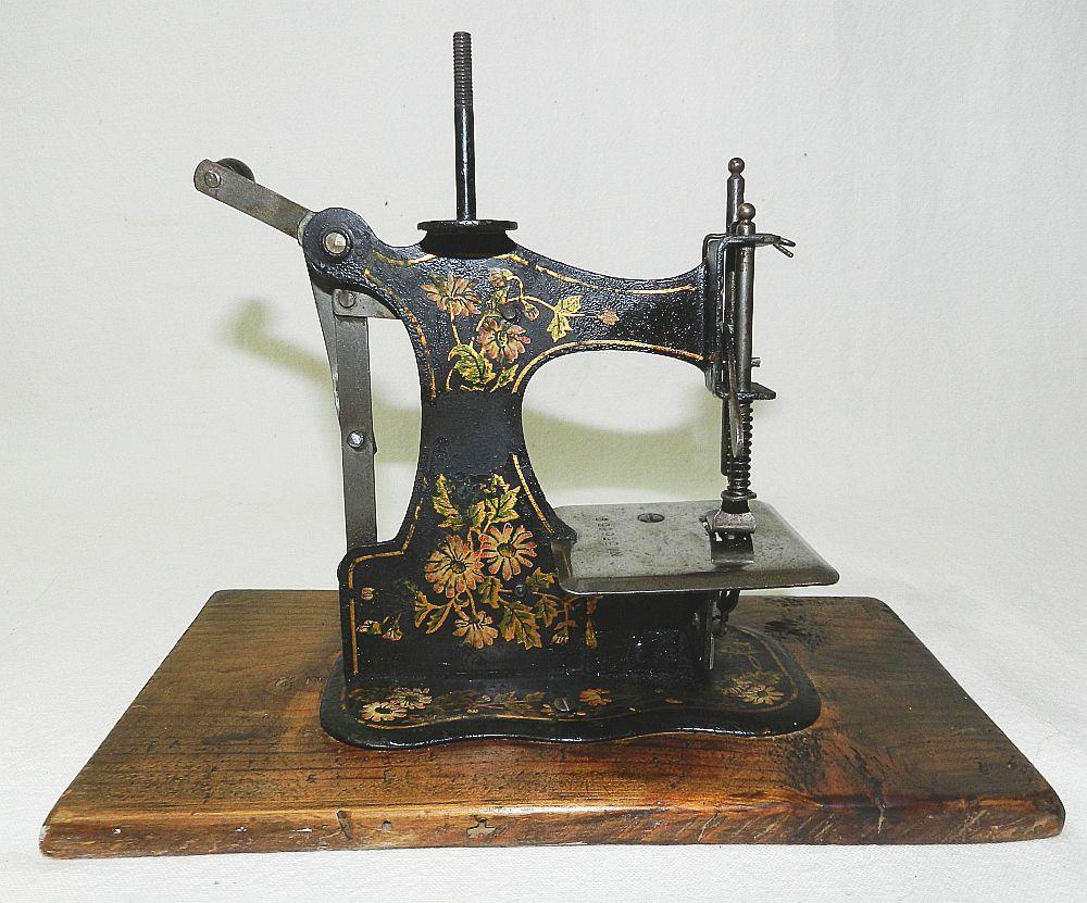 Rare ancienne machine a coudre de poupee jouet en for Machine a coudre jouet
